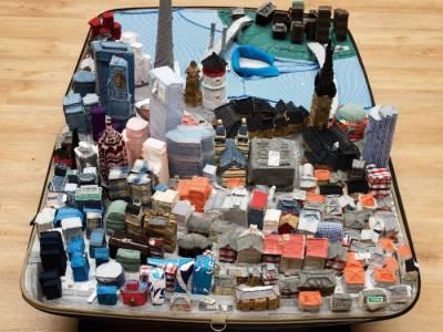 Yin Xiuzhen - художница создающая миниатюры городов в чемодане