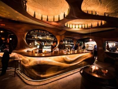 Канадская студия подарили бару Raval обновленный интерьер из красного дерева