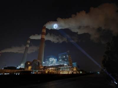 Xiao Zhu использовала выбросы заводов, чтобы показать опасность загрязнения воздуха