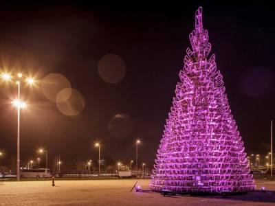 Деревянная новогодняя елка собранная из 365 саней