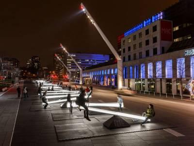 Светящиеся качели с музыкальным сопровождением на улицах Монреаля