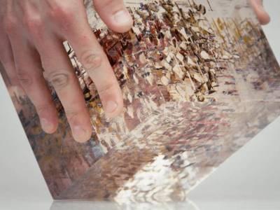 Анаморфный рисунок в стеклянном кубе