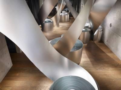 Алюминиевые рулоны в интерьере бутика от архитектора Oho Chikara