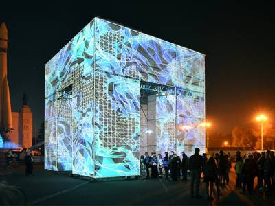 Цифровой П - куб в одном из парков Москвы от Маркоса Зоутс (Marcos Zotes)