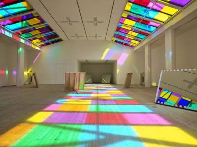 Световая инсталляция в галерее современного искусства от художника Даниеля Бюрена