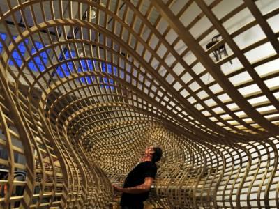 Волнообразные скамейки из дерева от Matthias Pliessnig