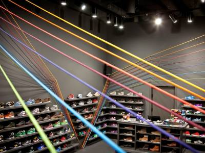 Яркие линии в интерьере магазина спортивной обуви Run Colors
