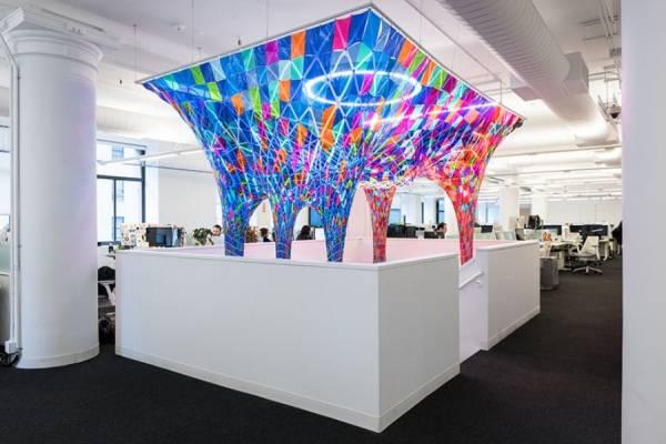 Яркая инсталляция в офисе сообщества Behance от SOFTlab