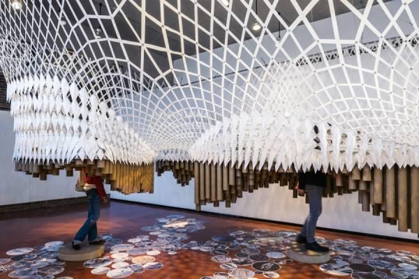 Подвесная конструкция от студентов-архитекторов в галерее Hazel и Robert H. Siegel