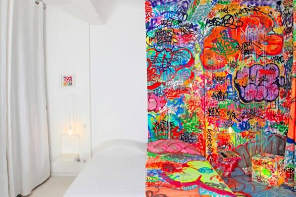 Комната, наполовину изрисованная граффити в одном из французских отелей