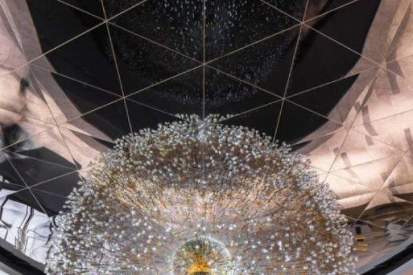 "Lucent - ""сияющая"" инсталляция от художника Вольфганга Баттресса (Wolfgang Buttress)"