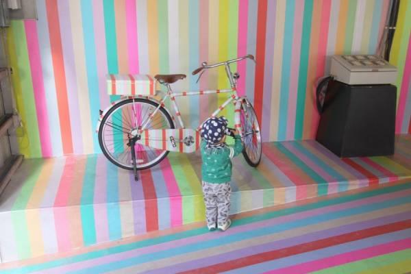 Инсталляция из сотен рулонов клейкой ленты от дизайнера Koji Iyama