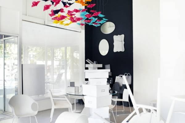 Яркие бабочки в минималистичном интерьере