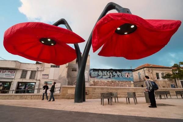 Интерактивная инсталляция из огромных цветов на площади Иерусалима от студии HQ Architects