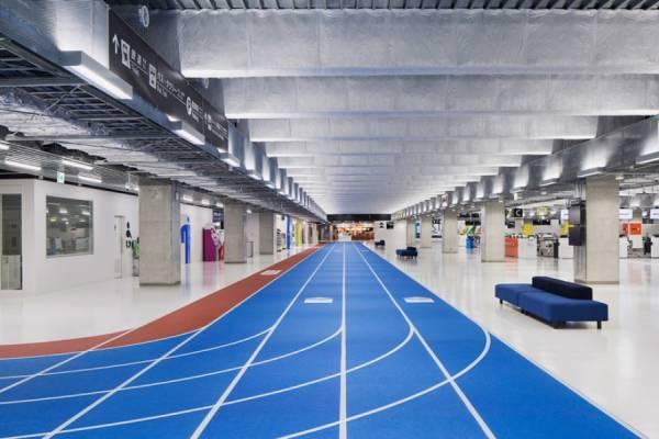 Новый терминал аэропорта Нарита связали с помощью цветных беговых дорожек