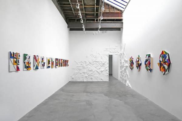Объемное панно в стенах галереи от дизайнера и художника Мэтта Мура(Matt W. Moore)