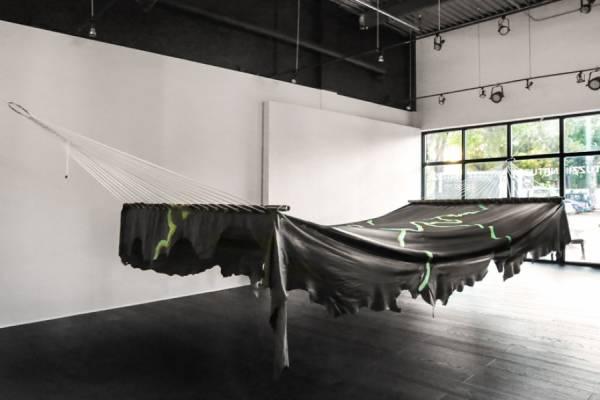 Эдриан Миссика создал восьмиметровый кожаный гамак специально для компании Natuzzi