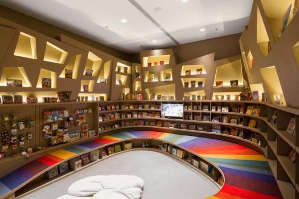 Радужный книжный магазин Saraiva от студии Arthur Casas