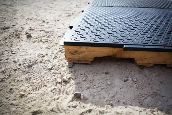 Модульное «Аварийное напольное покрытие» поможет беженцам встать на ноги