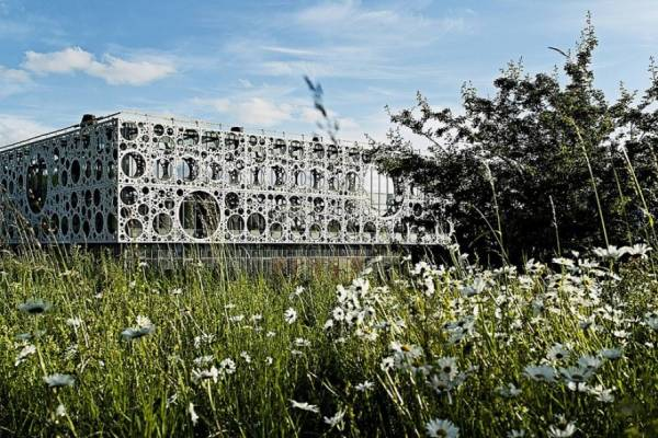 C.F. Møller Architects окутала здание университета Южной Дании перфорированными панелями