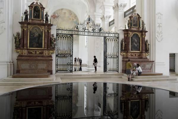 Инсталляция  в церкви от знаменитого художника Ромейна Крилье