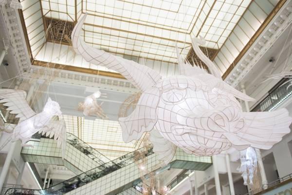 Ai Weiwei наполнил парижский Ле-Бон-Марш воздушными змеями