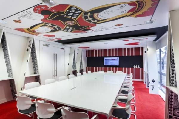 Офис в стиле Алисы в стране чудес от Peldon Rose